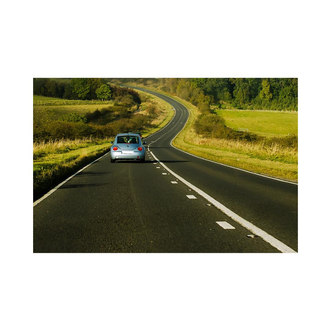 長い道のりを走行する車
