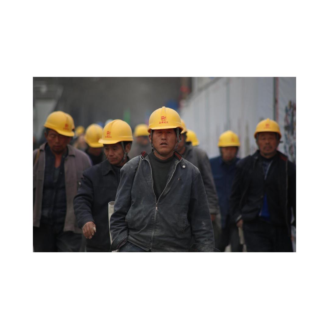 険しい顔の労働者たち